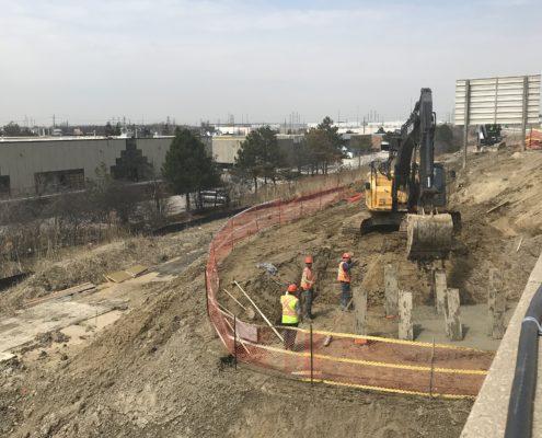 opérations de coulée de béton pour la construction d'un pont chez CN Rai